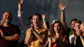 Spolek Milion chvilek za demokracii v čele s předsedou Mikulášem Minářem a další vystupující na pódiu během demonstrace za nezávislost justice a lepší vládu na Letné (23. 6. 2019)