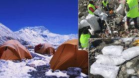 Nepořádek a tuny lidských exkrementů: Dobrovolníci uklízeli odpad po horolezcích na Mt. Everestu.
