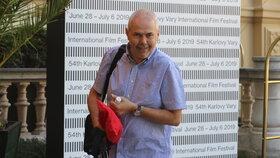 Moderátor Marek Eben před Grandhotelem Pupp v Karlových Varech