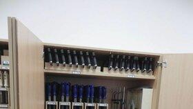 Vybavení nové dílny studentům mohou závidět i profesionální řemeslníci.