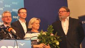 ODS během povolební tiskové konference. Úplně vpravo stojí Alexandr Vondra, který navzdory 15. místu na kandidátce získal europoslanecké křeslo. Vlevo od něj pak nově zvolená europoslankyně a matka jejich společného syna Jáchyma, Veronika Vrecionová