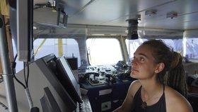 Kapitánka Carola Racketeová dovezla přes zákaz loď s migranty do italského přístavu.