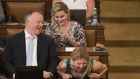 Vysmátá poslankyně Barbora Kořanová se během jednání o důvěře Babišově vládě dobře bavila