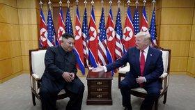 Donald Trump a Kim Čong-un se setkali v demilitarizované zóně mezi KLDR a Jižní Koreou (30. 6. 2019)
