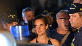 Kapitánka Carola Racketeová dovezla přes zákaz loď s migranty do italského přístavu