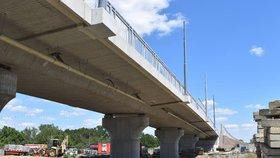 Nový most na Domažlické v Plzni překlenul železniční trať.
