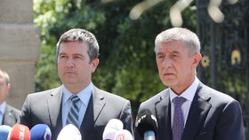 Předseda ČSSD Jan Hamáček a premiér Andrej Babiš (ANO) na tiskové konferenci poté, co skončilo jednání o ústavní krizi (4.7.2019)