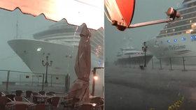 Do nábřeží a jachty v Benátkách málem znovu narazila výletní loď
