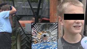 Střely chlapce v traktoru těsně minuly.