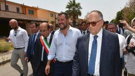 Italský ministr vnitra Matteo Salvini dohlížel na uzavření největšího uprchlického tábora v Itálii.