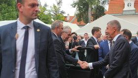 Miloš Zeman a Andrej Babiš se zdraví na francouzském velvyslanectví