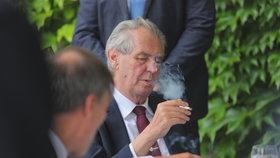 Miloš Zeman si na ambasádě Francie zapálil obligátní cigaretu