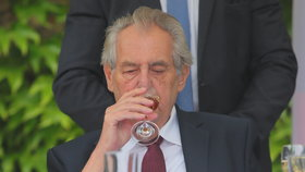 Miloš Zeman dorazil na recepci na ambasádu Francie. Došlo i na víno (11. 7. 2019).