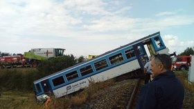 Vážná nehoda na Rakovnicku: Vlak tu smetl dodávku.
