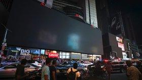 Na Times Square potemněly obří velkoplošné obrazovky