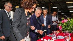 Francouzský ministr životního prostředí François de Rugy podal demisi. Nevydržel tlak poté, co se ukázalo, že si z daní platil drahé večeře. (16. 7. 2019)