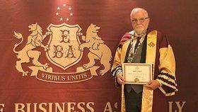 Prezident Svazu průmyslu a dopravy Jaroslav Hanák se pochlubil čestnou profesurou oxfordské Akademické unie. Společnost, která ji udílí, však vyvolává otázky.
