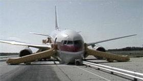 Let Air Canada 143 po přistání na letišti v Gimli