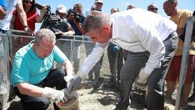 Premiér Andrej Babiš a ministr životního prostředí Richard Brabec při vypouštění syslů.