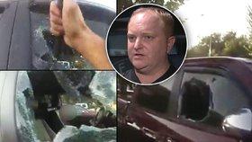 Matka zamkla v rozpáleném autě své dítě (7 měs.). Vyprostil ho až přivolaný strážník