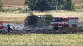 Při požáru pole u obce Kopeč na Mělnicku bylo v karavanu na poli nalezeno lidské tělo