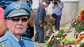 Státní hymnou a Večerkou se desítky lidí rozloučily ve strašnickém krematoriu v Praze s válečným veteránem z druhé světové války Aloisem Dubcem.