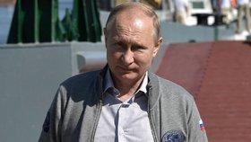 Putin se zúčastnil přehlídky ruského námořnictva.