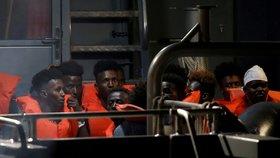 Migranti, kteří cestovali přes Středozemní moře.