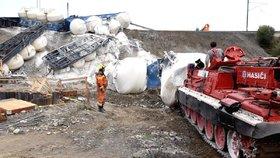 Část vagonů z vlaku, který v neděli odpoledne (28.7.2019) vykolejil u Mariánských Lázní, se podařilo v noci na úterý odstranit z kolejí.