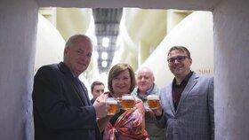 Ministryně financí Alena Schillerová ochutnala pivo Budvar přímo z tanku.