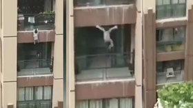 Tříleté dítě vypadlo z 6. patra: Zachránci ho chytali do deky