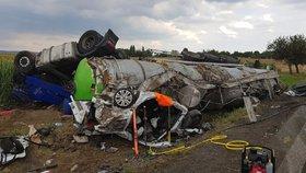 Při tragické nehodě na Kutnohorsku zemřeli tři lidé a několik dalších se zranilo.
