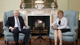 Britský premiér Johnson s první ministryní Skotska Sturgeonovou