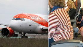 Letadlo cestovalo se sedadlem bez opěradla. Aerolinky na něm nechaly sedět ženu