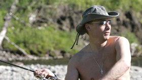 Putin loví ryby na jihu Sibiře.