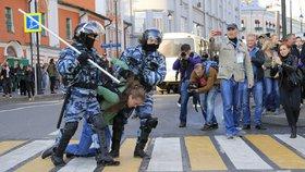 Moskevská policie po skončení povolené demonstrace na Sacharovově třídě s rekordní účastí asi 50.000 lidí začala zatýkat demonstranty