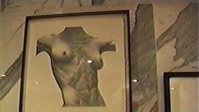 Záběry z policejní razie v Epsteinově domě hříchů z roku 2005
