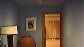 Záběry z policejní razie v Epsteinově domě hříchů z roku 2005.