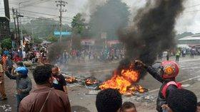 Demonstranti v Indonésii vypálili budovu regionálního parlamentu