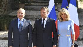 Brigitte Macronová doprovázela manžela, Emmanuela Macrona na setkání s ruským prezidentem Vladimirem Putinem.