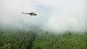 Vrtulníky bojují s lesními požáry v Rusku.