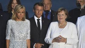 Summit G7 projednával obchodní války i krizi kolem Íránu: Francouzský prezident Emmanuel Macron, jeho manželka a německá kancléřka Angela Merkelová (26. 8. 2019)