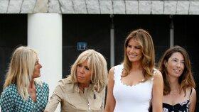 Manželka amerického prezidenta Melania Trumpová a první dáma Francie Brigitte Macronová během summitu G7 (26. 8. 2019)