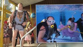 Starosta Náchoda Jan Birke musel kvůli svatbě do plavek. Bál se, jestli místním dámám nepokazí víkend.