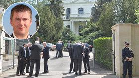 Rusové stáhli z pražské ambasády diplomata zapojeného do nelegálního pronajímání bytů