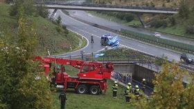 Vážná dopravní nehoda na dálnici D6: Auto skončilo v retenční nádrži.