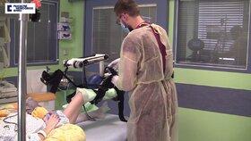 Mozkově mrtvou Evu procvičoval speciální přístroj.
