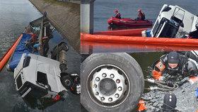 Kamion skončil po nehodě s osobním autem v přehradě. Řidič v osobáku zemřel.