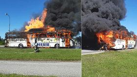 Požár autobus zcela zničil.