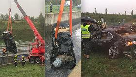 Spolujezdkyně z havarovaného BMW, které skončilo po nehodě ve vodní nádrži, zemřela.